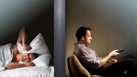 Vecino que no puede dormir por el ruido en casa del vecino