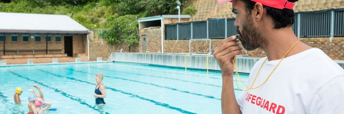 socorrista en una piscina de comunidad de vecinos