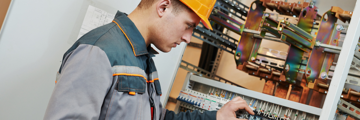 electricista arreglando contador de la luz