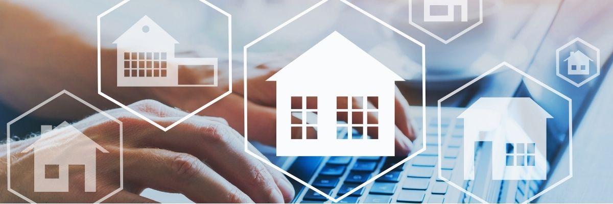 tasador rellenando informe con los factores que influyen en la tasación de la vivienda