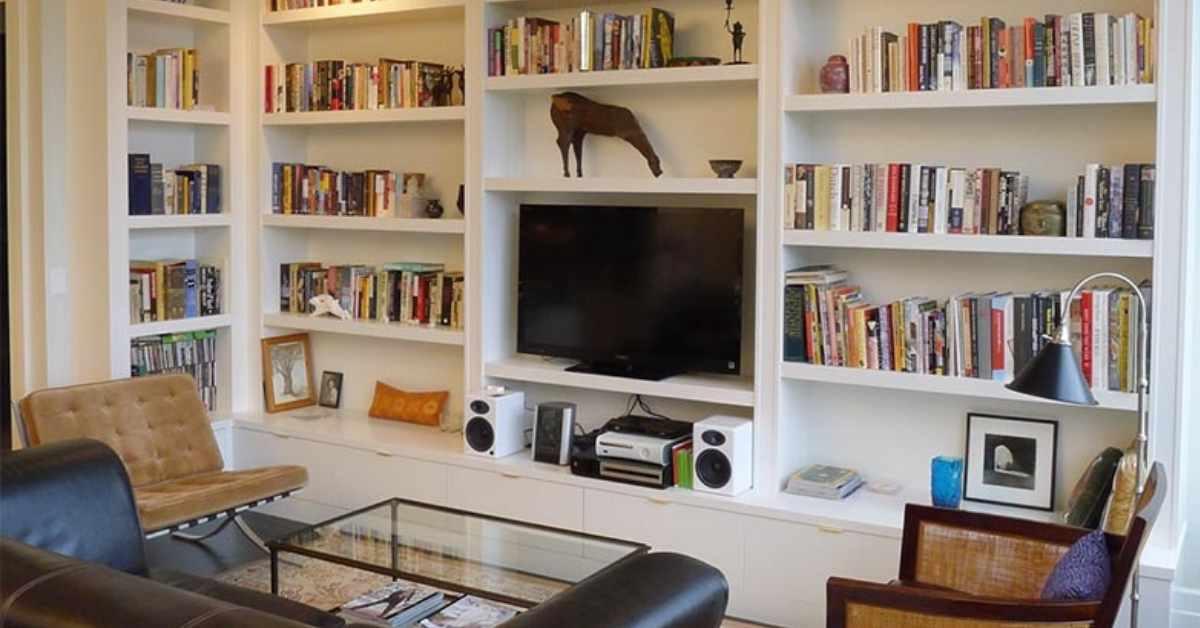 Televisión como parte de una estanteria